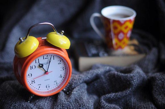 マグカップと目覚まし時計