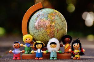 地球儀と世界の子供たちの人形