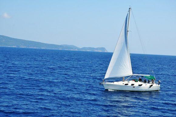 海の上のヨット