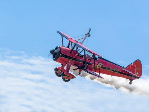 空を飛ぶ赤い飛行機
