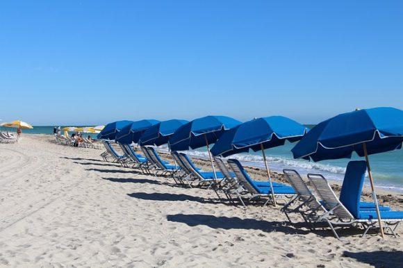 並んだビーチパラソル