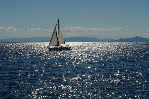 海に浮かぶヨット
