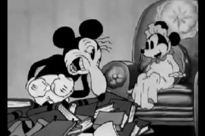 コメディアンのまねをして赤ちゃんを笑わせるミッキー